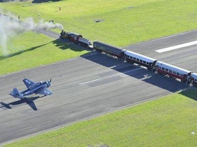 Ekstrim, Bandara Pesawat Terbang Ini Juga Dilintasi Kereta Api!