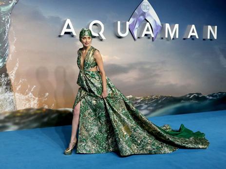 Pakai Topi Renang dan Gaun Couture, Amber Heard Tampil Unik di Premier 'Aquaman'