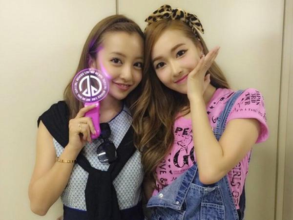 Jessica SNSD Tunjukkan Keakraban Bareng Eks Member AKB48 Saat Konser di Jepang