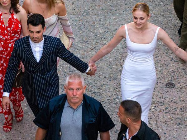 Gelar Pernikahan di Perancis, Joe Jonas dan Sophie Turner Menitikkan Air Mata