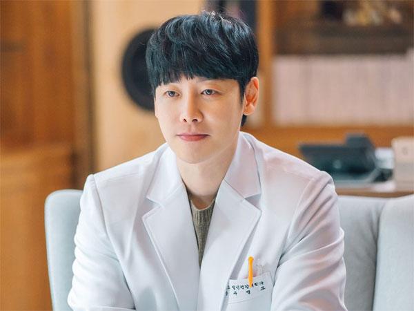 Pesona Kim Dong Wook Sebagai Psikiater di Drama 'You Are My Spring'