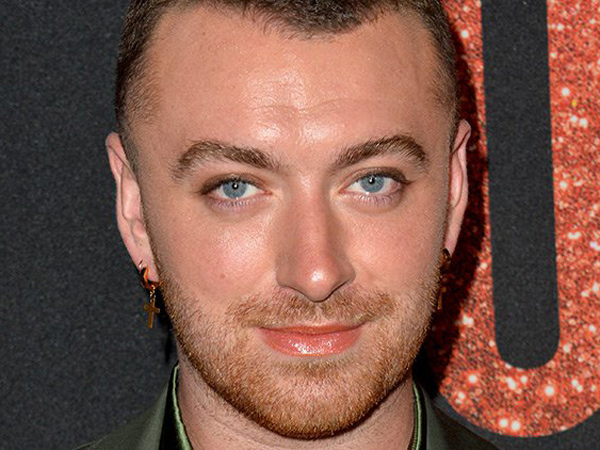 Makin Berani, Sam Smith Pakai Makeup dan Kimono Transparan di Red Carpet