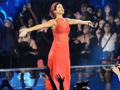 Rihanna Rilis Album Ingin Saingi Christina Aguilera