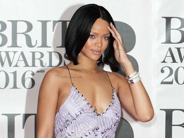 Datang Terlambat, Rihanna Lagi-Lagi Diteriaki Penggemar