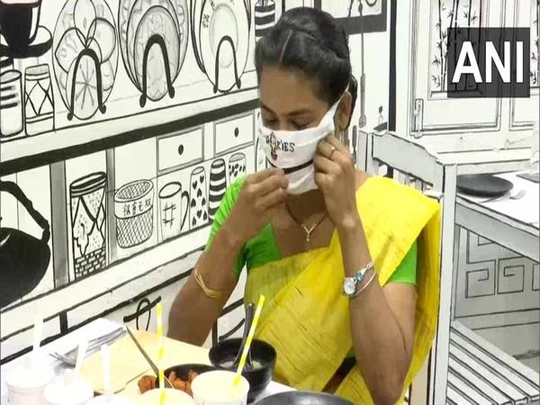 Restoran Ini Sediakan Masker yang Bisa Untuk Makan