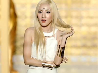 Rayakan Kemenangan 'Falling in Love', Dara 2NE1 Pamer Abs Seksinya!