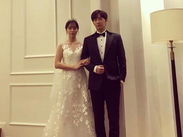 Lee Min Jung dan Lee Sang Yeob Posting Foto Pernikahan Berdua