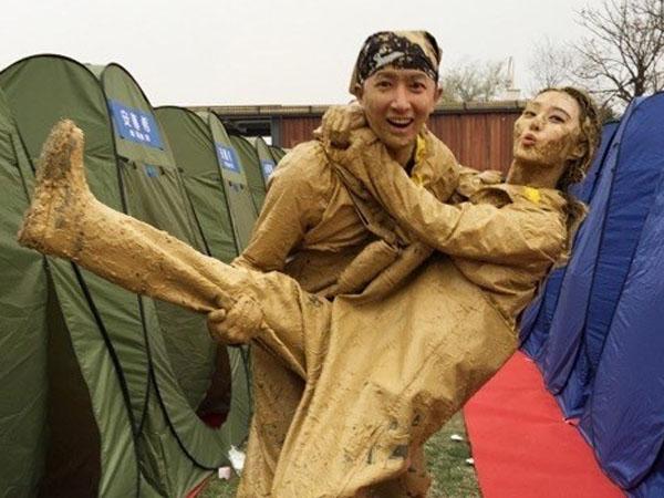 Jadi Bintang Tamu 'Running Man' Cina, Hangeng Asyik Main Lumpur!