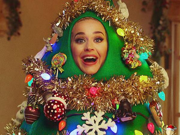 Totalitas, Katy Perry Berkostum Pohon Natal di Disney Holiday Singalong
