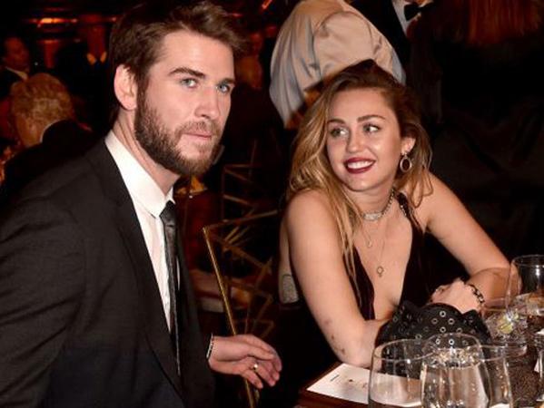 Begini Momen Lucu dan Romantis Liam Hemsworth-Miley Cyrus di Depan Publik Pasca Menikah Diam-Diam