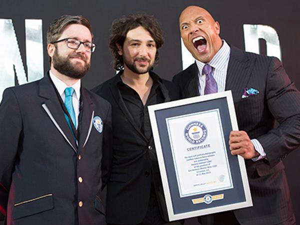 Wow, Dwayne 'The Rock' Johnson Pecahkan Rekor Selfie Karena Film Terbarunya!