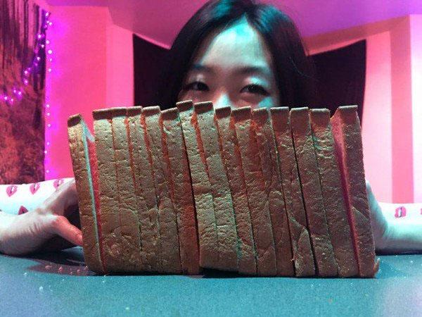 Wanita Ini Jadi Tenar Usai Bekali-kali Hancurkan Roti dengan Wajahnya