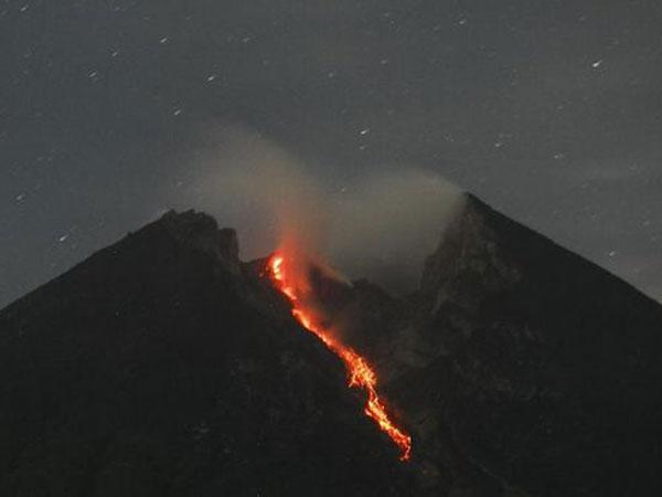 Himbauan Waspada Gunung Merapi Keluarkan Guguran Lava