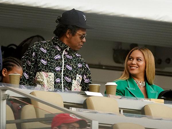 Bukan Aksi Protes, Ini Alasan Sebenarnya Jay-Z dan Beyonce Tetap Duduk Saat Lagu Nasional di Super Bowl