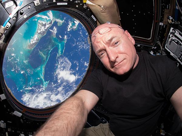 Injak Bumi Setelah Setahun, Momen Emosional Iringi Mendaratnya Astronot NASA Ini