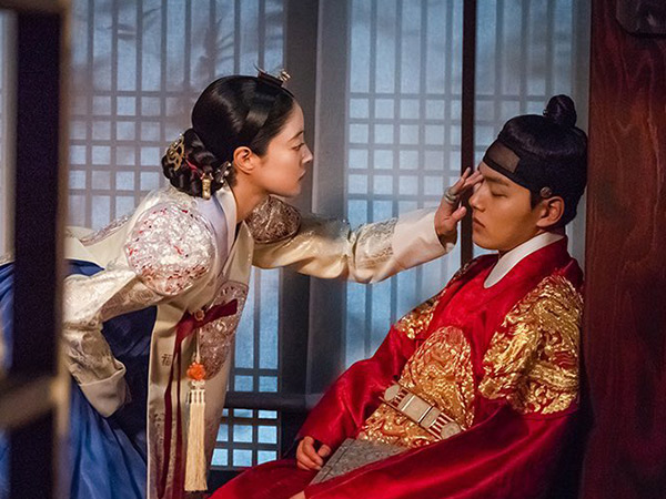 Lee Se Young Bagikan Cerita Lucu Saat Beradegan Ciuman dengan Yeo Jin Goo