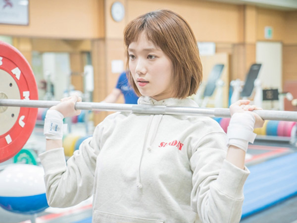 Serius Jadi Atlet, Intip Aksi Angkat Besi Lee Sung Kyung untuk Drama 'Weightlifting Fairy'