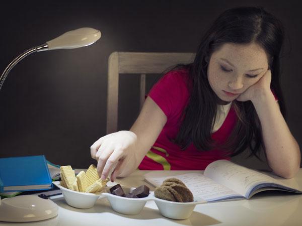 Kegiatan Sederhana yang Bisa Kurangi Kebiasaan Ngemil di Malam Hari