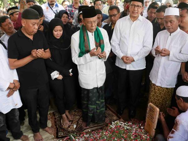 Sempat Pindah Lokasi, Begini Suasana Pemakaman Istri Komedian Tukul Arwana
