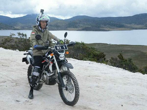 Presiden Jokowi Konvoi Naik Motor Trail Tinjau Lokasi Trans Papua!