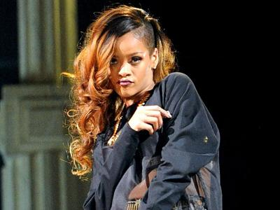 Duh, Rihanna Pukul Penggemarnya dengan Mic!