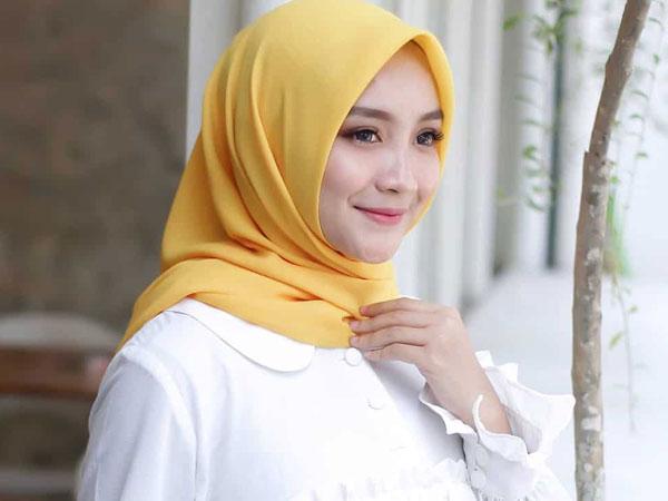 Buat Wajah Terlihat Kusam, Hindari 4 Warna Hijab Ini untuk Keseharian