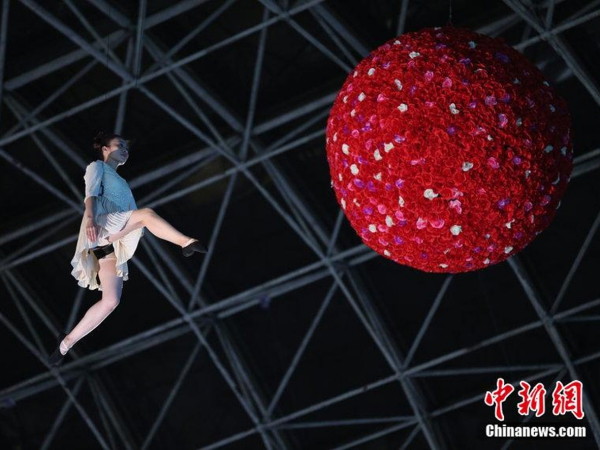 Wah, Sebuah Mal di Cina Gelar Fashion Show di Udara!