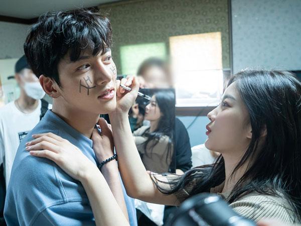 Ji Chang Wook Pasrah Kena Iseng Kim Yoo Jung di Balik Layar 'Backstreet Rookie'