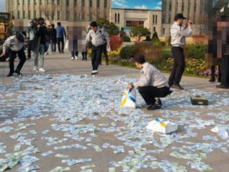 Geger Seorang Wanita Korea Selatan Buang Uang Rp 200 Juta dari Jendela Mobil!