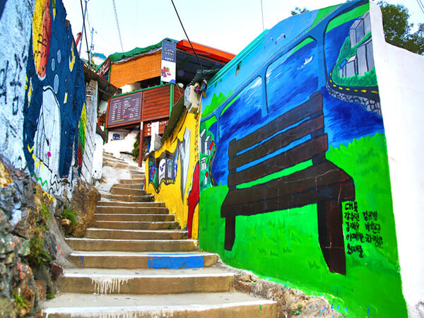 Dulu Tak Terawat, Desa Ini Disulap Jadi Area Mural yang Instagramable