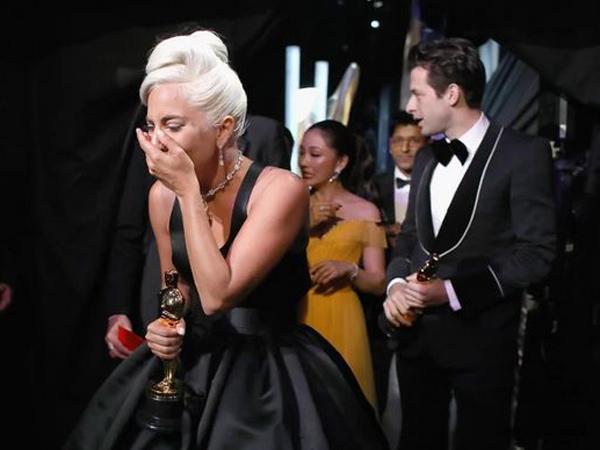 Tangis dan Pelukan Lady Gaga untuk Bradley Cooper Ketika Terima Piala #Oscars