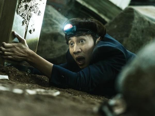 Bernasib Sial, Lee Kwang Soo Terjebak di Lubang Besar dalam Film 'Sinkhole'
