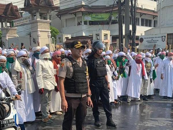 Bantuan Datang dari Ulama FPI Bersatu Hadang Massa Rusuh di Slipi
