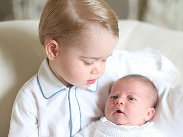 Gemasnya Saat Pangeran George Gendong Si Kecil Putri Charlotte