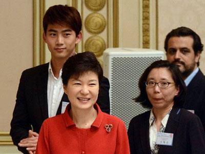 Taecyeon 2PM Dampingi Presiden Park Geun Hye di Acara Pertemuan Pariwisata