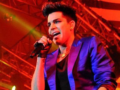Atraksi Menarik Warnai Konser Adam Lambert di Jakarta