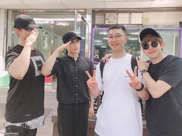 Diantar Para 'Hyung', Chansung Jadi Member 2PM Terakhir yang Resmi Masuk Militer