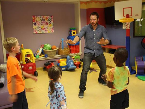 Chris Pratt Hibur Pasien Anak-anak dengan Aksinya Melatih Raptor Dalam 'Jurassic World'