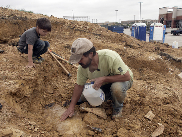 Wow, Balita Ini Temukan Fosil Dinosaurus Berusia 100 Juta Tahun!
