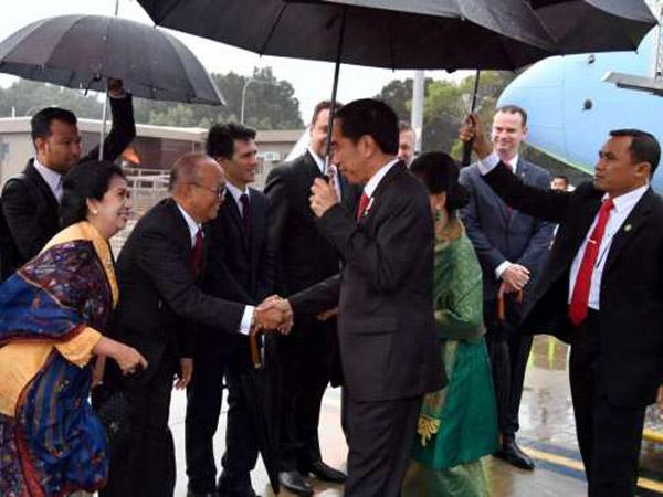 Tak Disambut Karpet Merah, Jokowi Bawa Payung Sendiri Saat Tiba di Australia