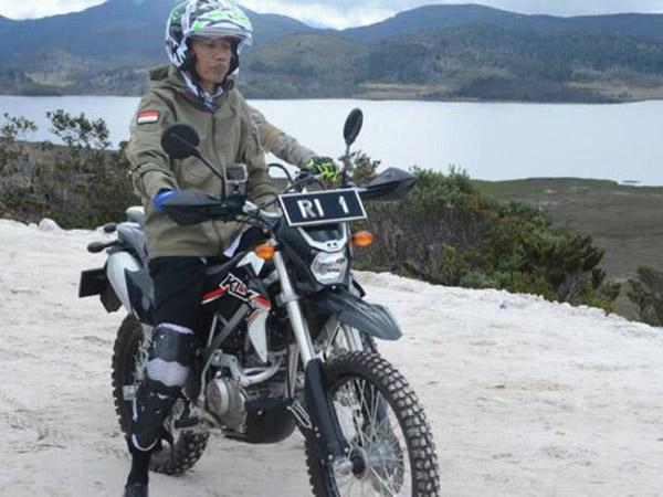 Menyaksikan Langsung Jalur Trans Papua yang Membelah Gunung Via VLOG Jokowi