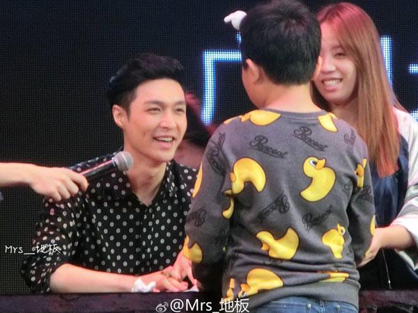 Nge-Fans Berat, Manisnya Perlakuan Lay EXO Sambut Fanboy Cilik yang Nangis Saat Bertemu