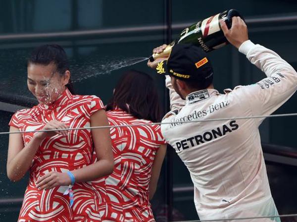 Semprotkan Sampanye ke Wajah Gadis Podium, Lewis Hamilton Diprotes!