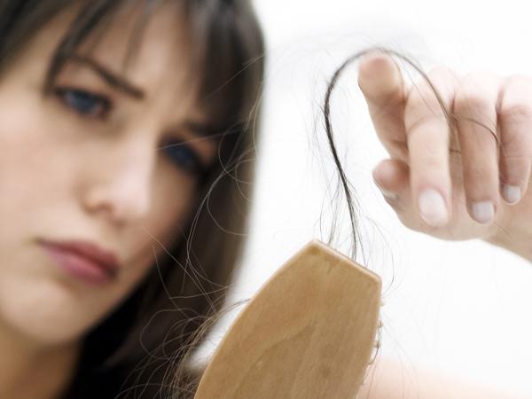Rambut Rontok Ternyata Bisa Jadi Tanda Ada yang 'Salah' dalam Tubuhmu!