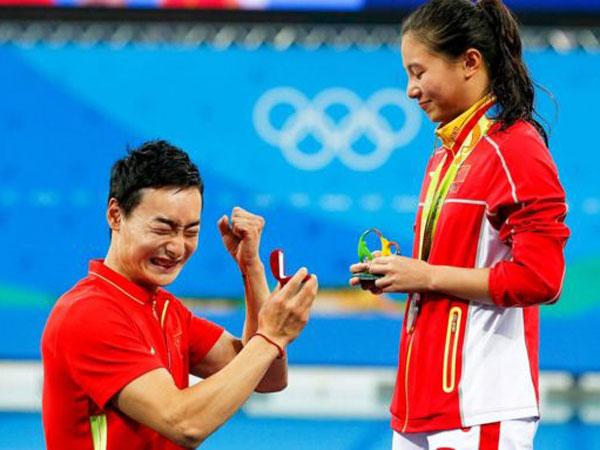 Dilamar Setelah Pengalungan Medali, Atlet Putri Ini Buat Heboh Dunia