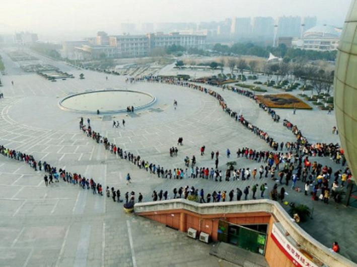 Jelang Ujian, Pelajar Cina Rela Antre Panjang Demi Masuk Perpustakaan!