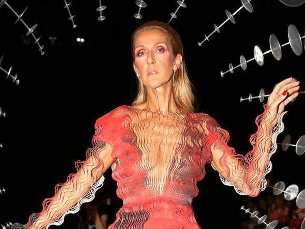 Celine Dion Tampil Memukau dengan Tubuh Kurus di Paris Fashion Week