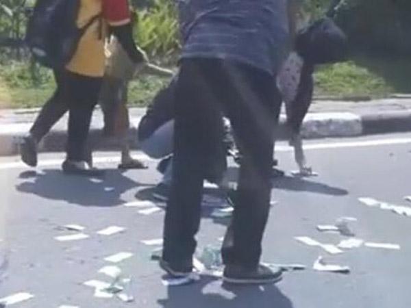 Viral Video Perampok Hamburkan Uang Jutaan di Jalan dan Jadi Bulan-Bulanan