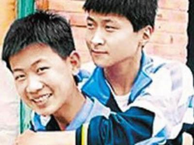 Wah, Remaja Ini Gendong Temannya yang Sakit Tiap Pergi Sekolah!