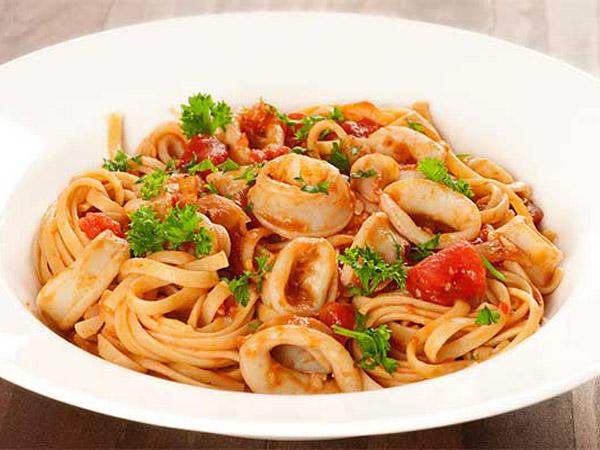 Ganti Bolognese dan Carbonara dengan Spaghetti Siram Saus Cumi!